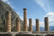 এপোলোর মন্দিরে একেশ্বরবাদ ও বহুঈশ্বরবাদের অবস্থান